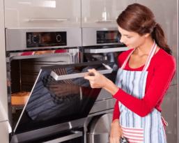 Как очистить духовку от жира, не испортив ее поверхности?